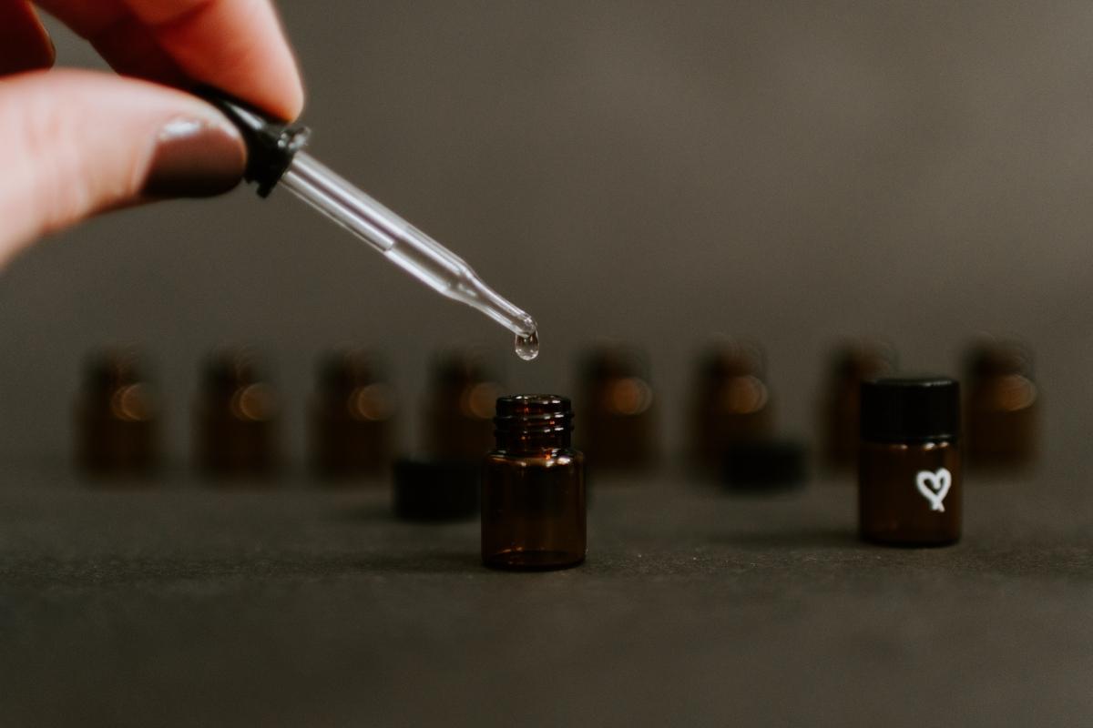 aplicar aceite jojoba contorno de ojos