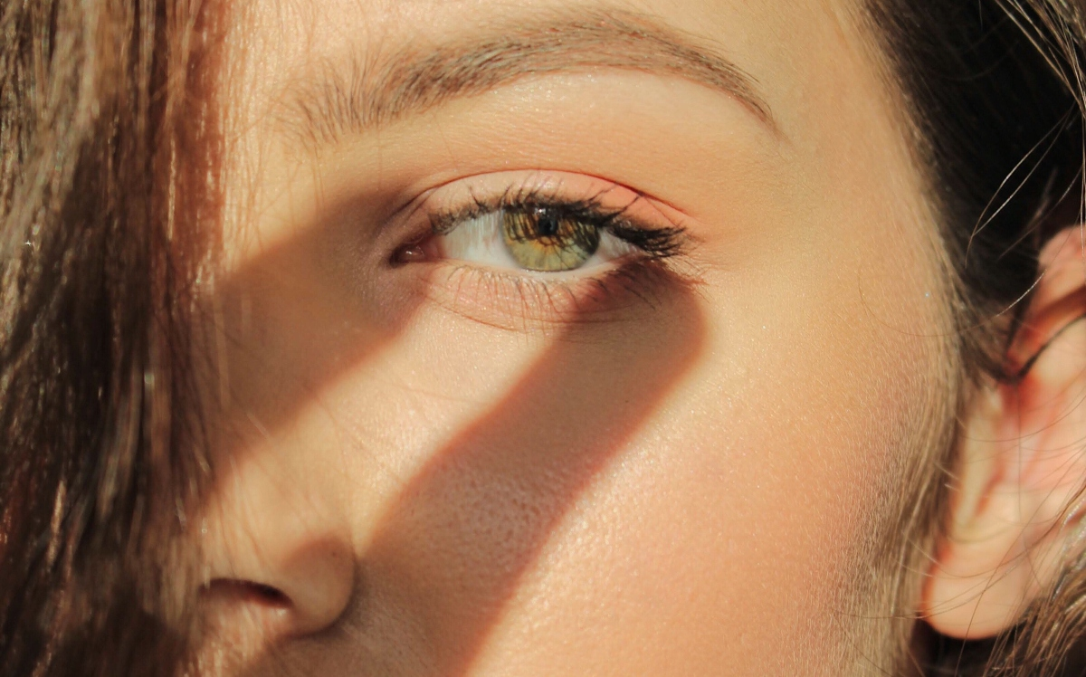 refuerza el contorno de ojos
