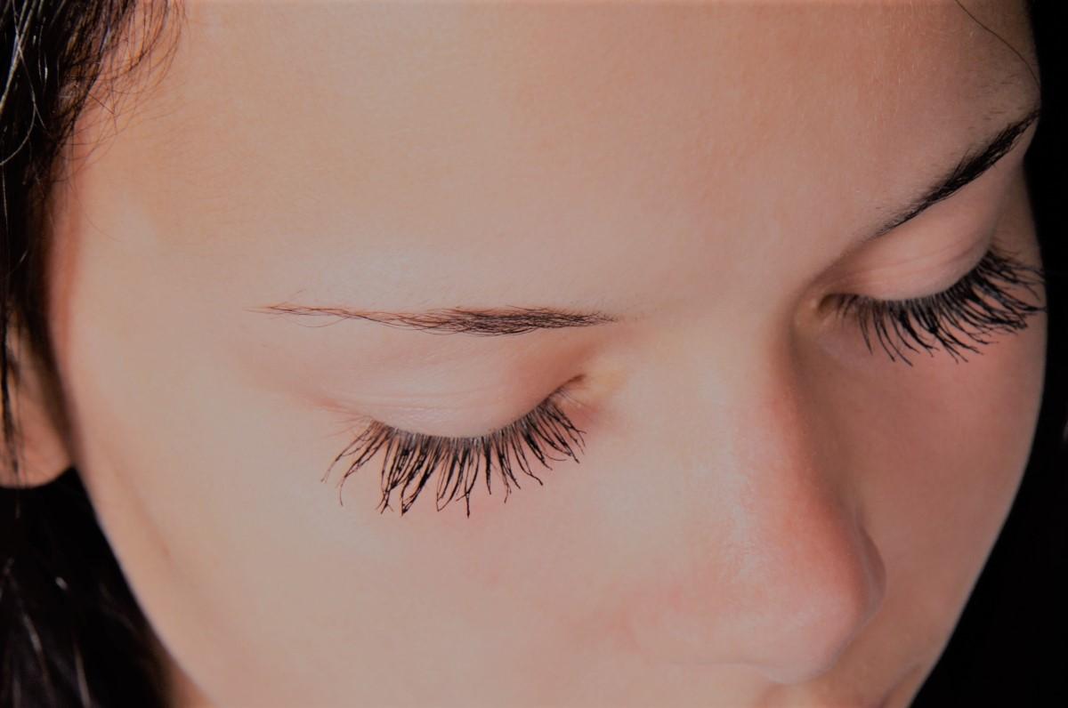 limpiar el contorno de ojos con agua micelar