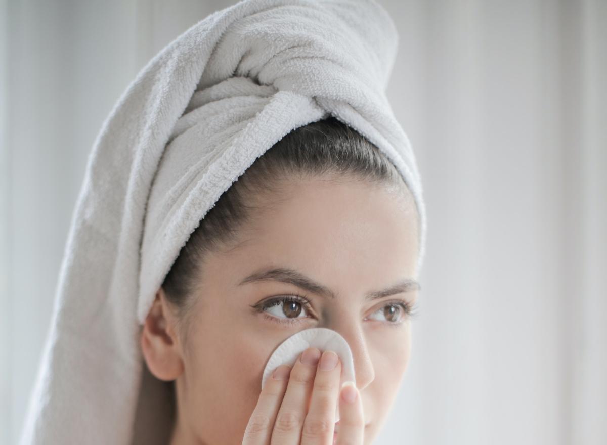 limpiar el rostro con agua micelar